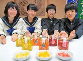 カラフルらっきょうを紹介する青翔開智中学校の生徒