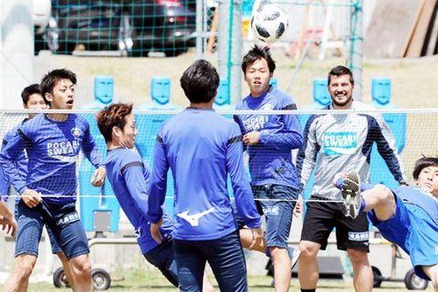 讃岐戦を前に、サッカーバレーで体をほぐす徳島の選手たち=徳島スポーツビレッジ