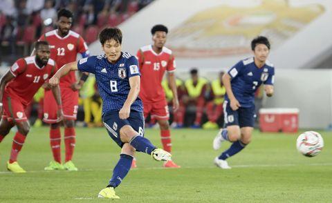 日本―オマーン 前半、PKで先制ゴールを決める原口(手前)=アブダビ(共同)