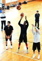 FE名古屋との地区首位対決を前に、フリースローの練習に打ち込む秋田の選手=秋田市の秋田ゼロックススポーツスクエア