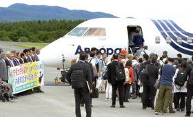 チャーター機に乗り込む北方領土の元島民ら=22日午前、北海道・中標津空港