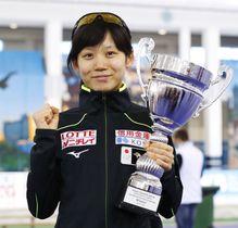 スピードスケートW杯最終戦の女子1500メートルの種目別総合優勝を果たし、トロフィーを掲げる高木美帆=18日、ミンスク(共同)