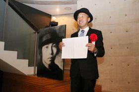 松村歩美さんの受賞を喜ぶ父親の義孝さん