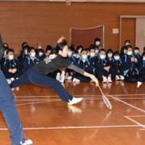 北都銀行のバドミントン教室が23日、秋田市新屋の栗田支援学校で開かれた。高等部の生徒約110人が参加し、国内最高峰のリーグでプレーする同行バドミントン部の選手たちと触れ合った。