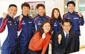 故郷で合宿している加藤友里恵選手(前列左)=銚子市で