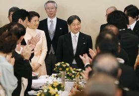 60歳の誕生日を迎え、祝宴で拍手を受けられる天皇陛下=23日午後、宮殿・豊明殿