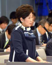東京都議会の予算特別委員会で答弁に立つ小池百合子知事=13日午後