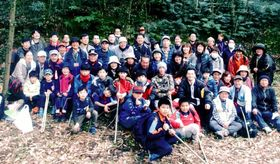 樫の木集落跡地で記念撮影する参加者=薩摩川内市下甑