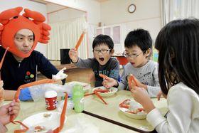 鳥取県境港市の保育園で行われた「かに集会」=21日