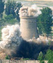 2008年6月、北朝鮮・寧辺の核施設で、爆破され煙を上げて崩れ落ちる冷却塔(共同)