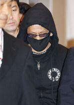 移送されるカミンスカス容疑者=11日午後8時20分、羽田空港