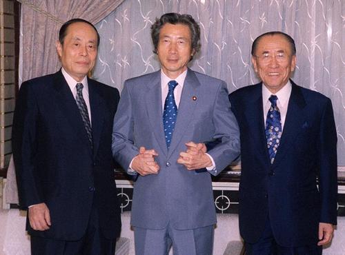 内閣特別顧問に就任し、牧野徹・首相補佐官(左)、小泉首相(中央)とポーズをとる樋口広太郎さん=01年、首相官邸