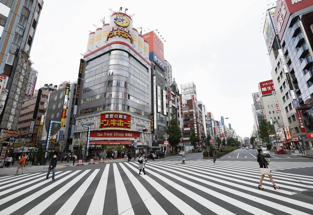 人通りが少なく閑散とした東京・新宿の繁華街=3日午後