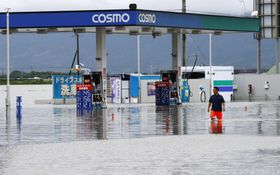 大雨で冠水した佐賀県鳥栖市のガソリンスタンド=21日午後3時50分