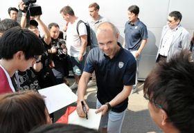 サポーターからのサインの求めに笑顔で応じるJ1神戸のアンドレス・イニエスタ選手=18日午前、大阪府田尻町、関西空港第2ターミナル(撮影・田中靖浩)