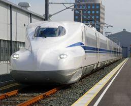 走行試験をする、東海道新幹線の8両編成の新型車両「N700S」=24日午前、浜松市のJR東海浜松工場
