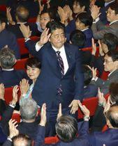 自民党総裁選で連続3選を決めた安倍首相=20日午後2時10分、東京・永田町の党本部