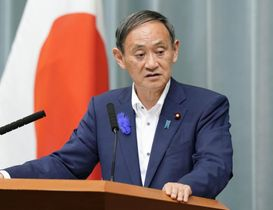 記者会見で首相談話を発表し、質問に答える菅官房長官=12日午前、首相官邸