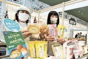 シュークリームなどの洋菓子と緑茶や紅茶の組み合わせを提案する販売コーナー=島田市の「KADODE OOIGAWA」