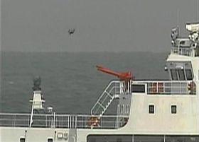 中国海警局の船の上空を飛行する小型無人機ドローンのような物体(上)=18日、沖縄県・尖閣諸島周辺の領海(第11管区海上保安本部提供)