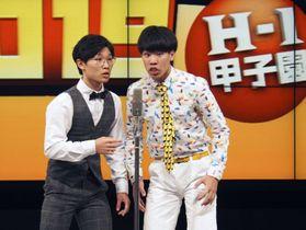 「ハイスクールマンザイ2019」で優勝した高知南高のコンビ「セントラルドグマ」の中山裕友さん(左)と大野健誠さん=25日、大阪市