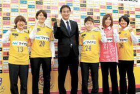 会見で今季の抱負を語った新加入選手ら。左から隅田、白木、辛島監督、佐藤瑞、池尻、松井