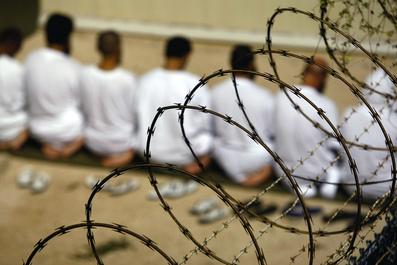 キューバのグアンタナモ米軍基地にある施設で、礼拝する収容者ら。環境は改善されたと、当局は強調している。約40人が現在も拘禁されている=2009年10月(ゲッティ=共同)