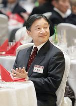 日本山岳会の夕食会に出席された天皇陛下=7日夜、東京都新宿区のホテル(代表撮影)