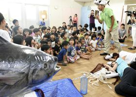 鳥取県境港市の保育園で開かれた「マグロ集会」=25日