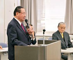 山崎拓氏(左)の演説に耳を傾ける太田誠一氏(右から2人目)=12日、福岡県筑紫野市