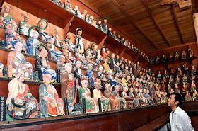 修復が進む県内最古の五百羅漢像が表情豊かに並んでいる=高畠町金原・玉龍院
