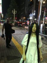 東京・新宿の街頭で貞子な合アレン(手前)とカルロス・ベルムト監督