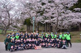 記念写真に収まるむつ市桜満開プロジェクトの関係者ら