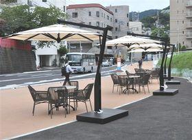 市民や観光客向けに設置されたパラソルとテーブル、椅子=熱海市の上宿町市有地