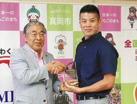 特別功労賞を受賞した水沼選手(右)=真岡市役所で