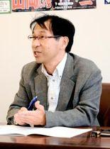 安倍晋三首相の改憲に向けた戦略を分析して語る愛媛大の井口秀作教授=16日午後、松山市宮田町