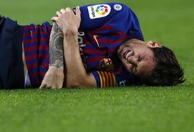 セビリア戦で右腕を負傷し、痛がるバルセロナのメッシ=20日、バルセロナ(AP=共同)