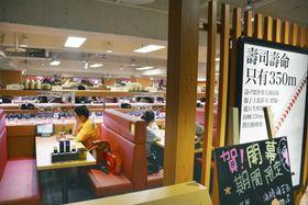 15日にオープンした回転ずし「あきんどスシロー」台湾1号店の店内=台北市内(共同)