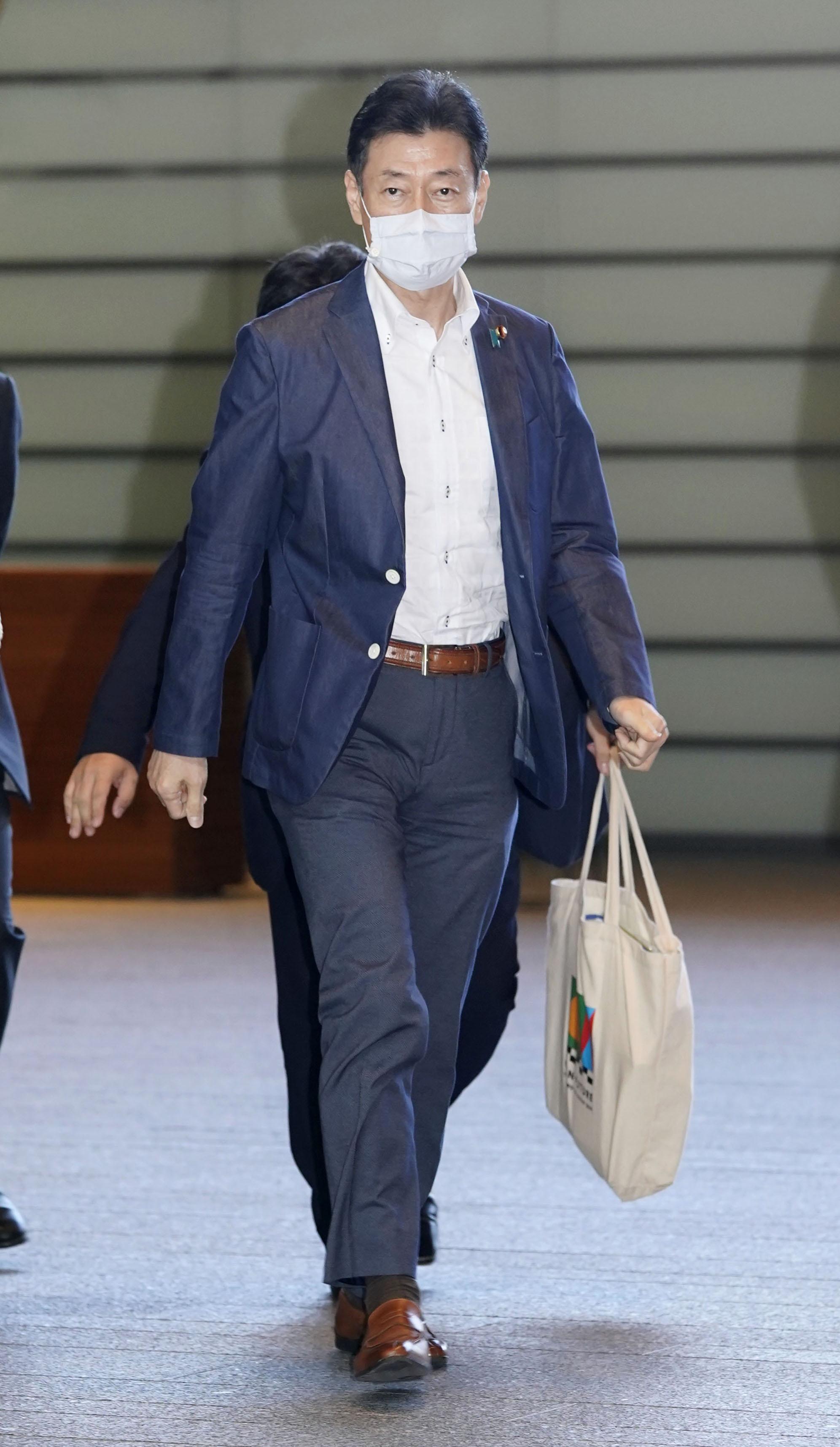 首相官邸に入る西村経済再生相=23日午後