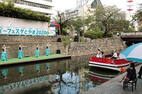 水辺のステージで繰り広げられたリバーフェスタとやま=富山市の松川べり