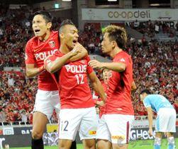 浦和―磐田 後半10分、浦和のファブリシオ(中央)が先制ゴールを決め、森脇(左)らと喜び合う
