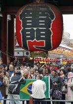東京・浅草寺の雷門を訪れた外国人旅行者ら