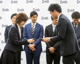 DeNAの南場オーナー(手前左)と名刺交換する新人の蝦名=17日、東京都内のDeNA本社