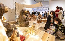 愛らしい動物の彫刻作品が並ぶ会場(撮影・井上貴博)