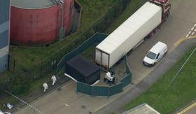 荷台から39遺体が見つかった大型トラック=23日、ロンドン東方(AP=共同)