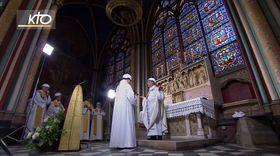 ノートルダム寺院でミサを執り行うオプティ・パリ大司教(中央右)ら=15日、パリ(KTO提供・共同)