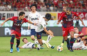 鹿島-FC東京 後半、ゴール前で、鹿島・小泉(左端)に突破を阻まれるFC東京ナ・サンホ(中央)。右はブエノ=カシマスタジアムで
