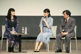 広島市でトークショーを開いた(左から)岩井七世さん、のんさん、片渕須直監督=22日午後