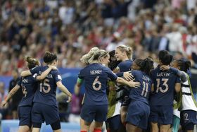 ノルウェー戦で2点目を決め喜ぶフランスの選手たち=12日、フランス・ニース(AP=共同)