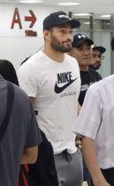 帰国したラグビーの日本代表のアマナキ・レレイ・マフィ選手=19日、成田空港